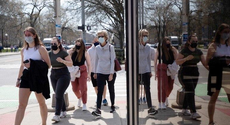 Aumento de casos de covid pode fazer EUA recomendarem volta do uso de máscara para vacinados
