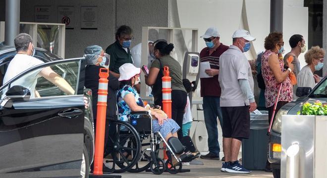 Fila em hospital em Miami: Flórida teve grande aumento de casos