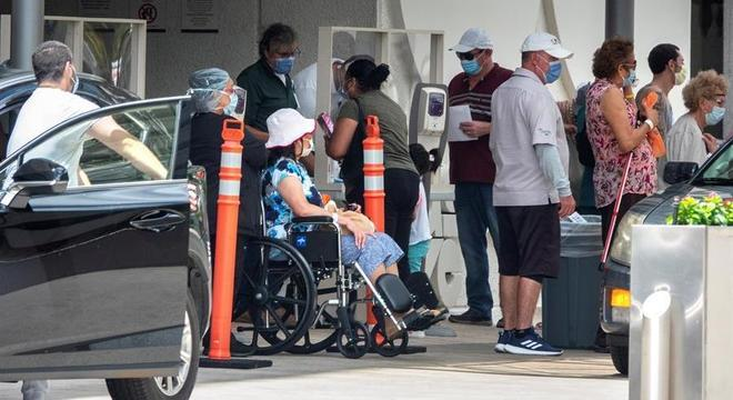 Fila de pacientes em hospital de Miami; EUA é líder em número de casos de covid