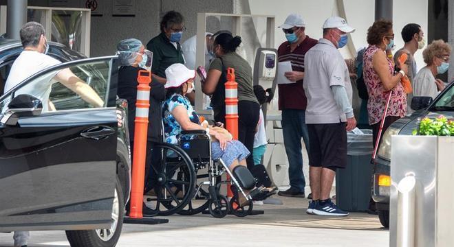 Pessoas fazem fila em entrada de hospital em Miami, Flórida, em meio à pandemia de covid-19