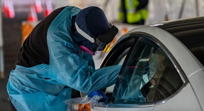 Motorista faz teste de covid-19 em drive thru em Bergen , nos EUA