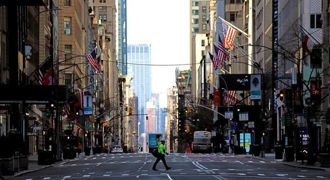 Homem atravessa a 5ª Avenida em Nova York, vazia por causa da quarentena