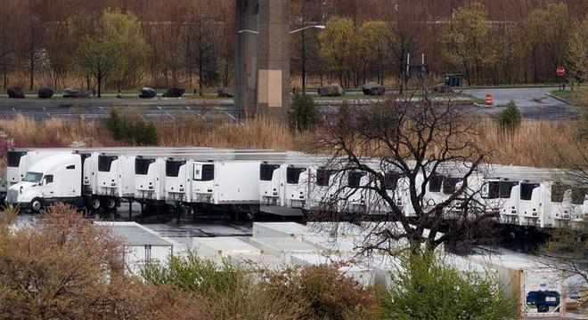 Caminhões refrigerados são usados para estocar corpos em Nova York
