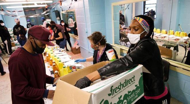 Voluntária entrega comida em Nova York, cidade mais atingida pela covid-19