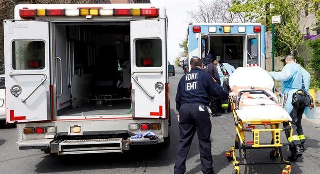 Paciente com coronavírus é levado para ambulância em Nova York