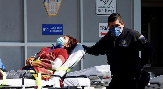 Paciente com suspeita de covid-19 é levada para hospital em Nova York