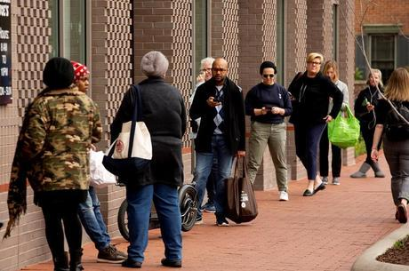 Pessoas fazem fila em hospital nos EUA