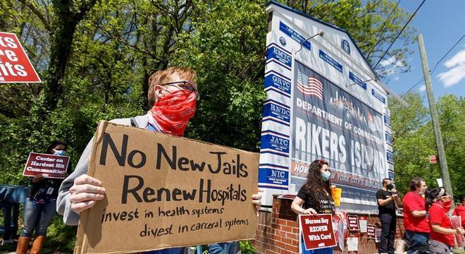 Enfermeiros protestam diante da prisão de Rikers Island, em Nova York
