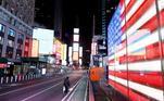 Times Square, em Nova York, EUA, vazia durante quarentena provocada pelo coronavírus