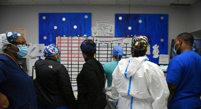 Enfermeiros organizam a escala de trabalho em uma UTI em Houston (EUA)