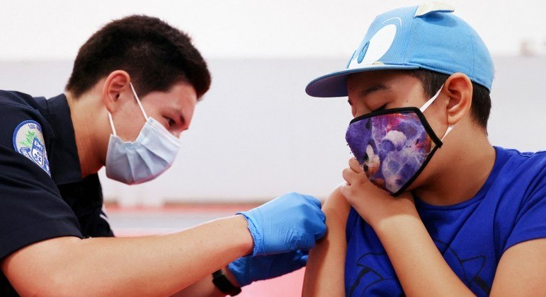 Com vacinação de crianças e adolescentes, uso de máscara ficará a cargo das autoridades escolares