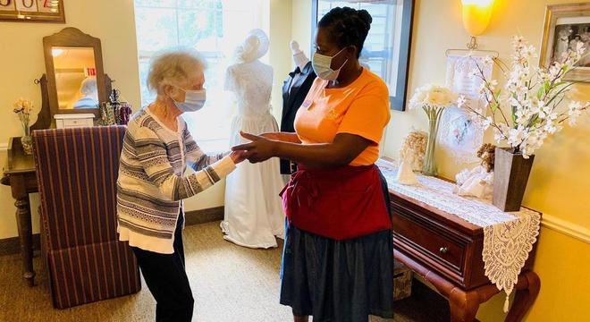 Anna dança com funcionária do asilo