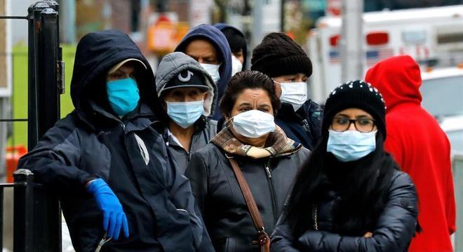 De máscaras, moradores formam fila na porta de um hospital em Nova York