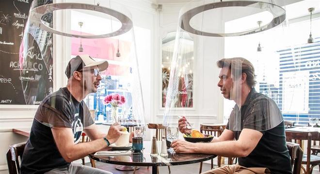 Restaurante em Paris testa bolha de acrílico para proteger clientes do coronavírus