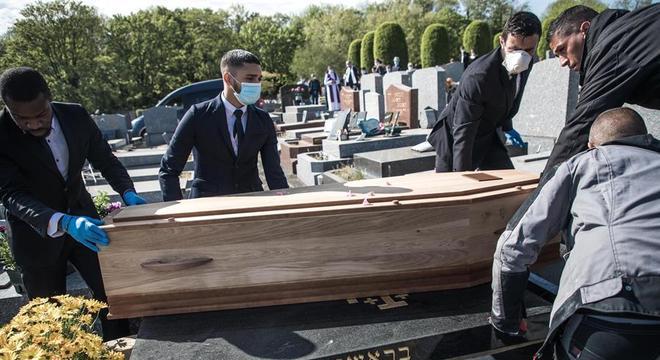 Óbitos em casa não consta na taxa de mortalidade oficial da covid-19 na França