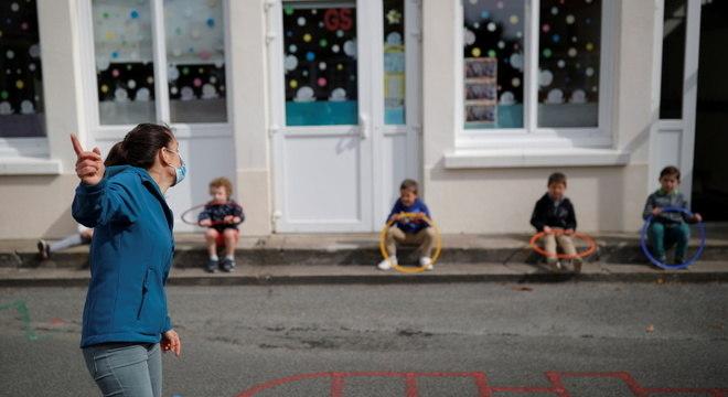 Escola na França após retomada parcial: nível de alerta precisa estar no máximo, diz OMS