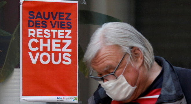 'Salve vidas, fique em casa', diz cartaz na França