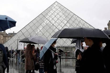 Louvre reabre portas após acordo