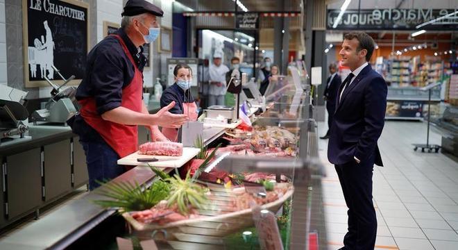 Macron visita supermercado para avaliar situação do setor alimentício