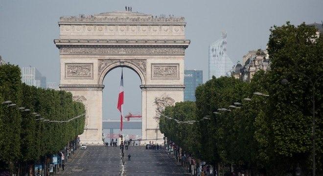 Um dos pontos mais importantes de Paris, a Champs Elysées segue vazia
