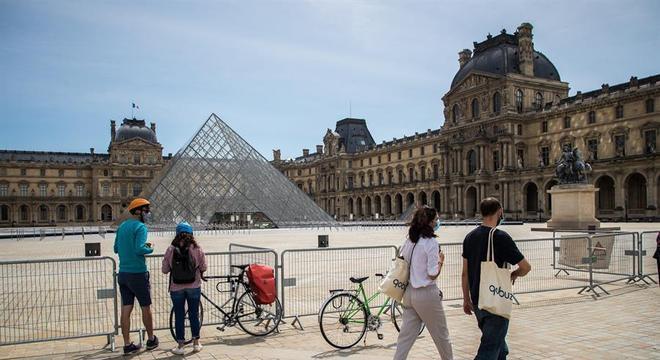 Aos poucos, franceses começam a voltar às ruas do país