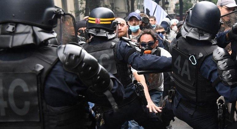 Manifestantes enfrentaram a polícia em Paris neste sábado (31)