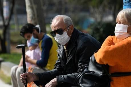 Idosos usando máscara em Tessalônica, na Grécia