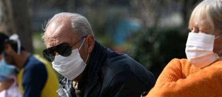 Idoso usando máscara para se proteger do coronavírus em hospital em Tessalônica, na Grécia