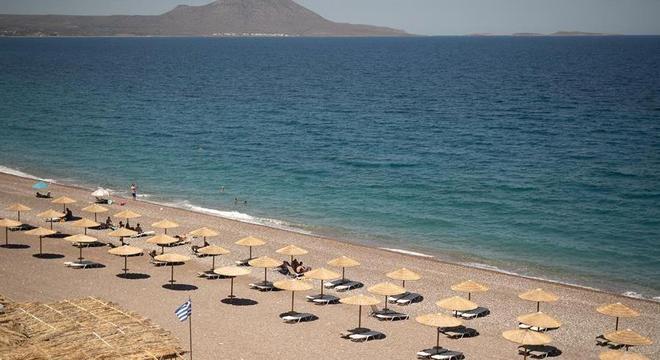 Distanciamento social nas praias gregas será mantido em agosto