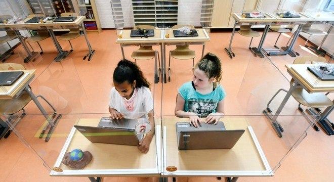 Na reabertura da Holanda, alunos terão carteiras com divisórias nas escolas