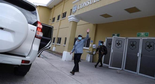 Juan Orlando Hernández deixa o hospital onde estava internado em Tegucigalpa
