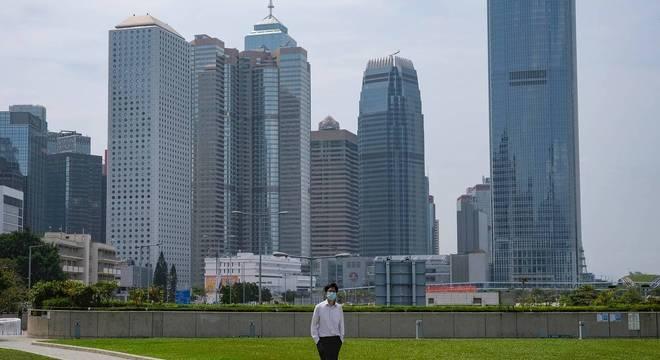 Hong Kong volta a impor restrições para impedir terceira onda da covid-19