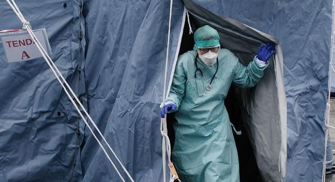 Médico saindo de tenda em hospital na Itália em meio à pandemia de coronavírus