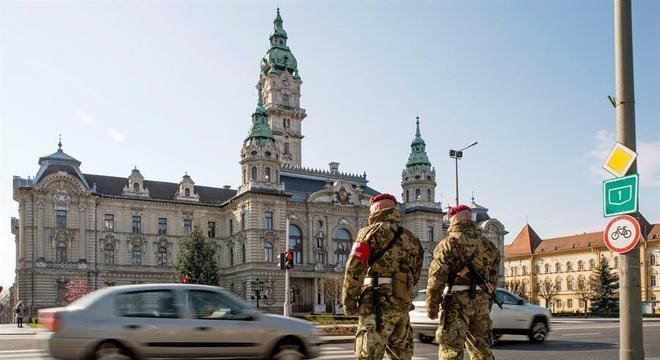 Exército patrulha ruas de cidade na Hungria devido à pandemia de Coronavírus