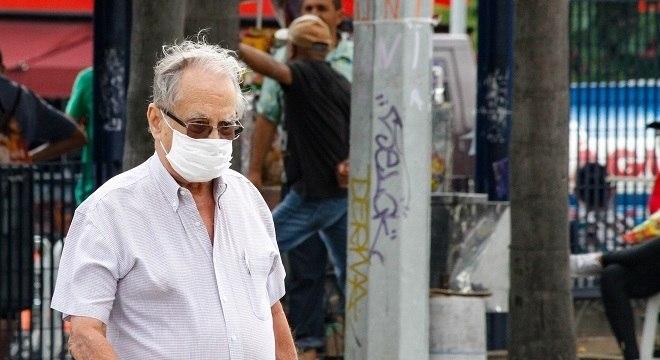 Idoso utiliza máscara para se proteger do coronavírus em São Paulo