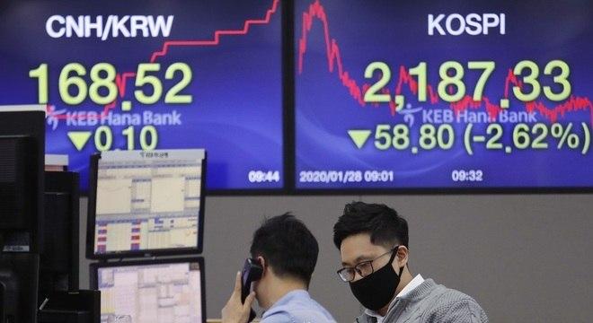 Sala de negociações financeiras do KEB Hana Bank, em Seul, na Coreia do Sul
