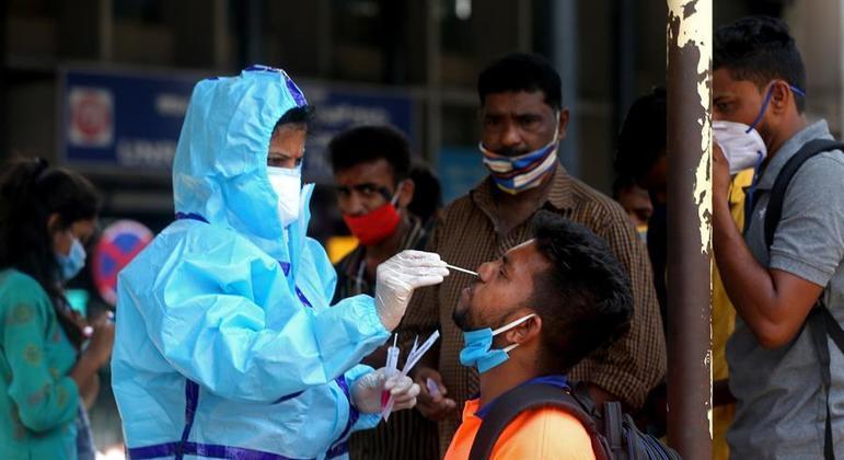 Enfermeira realiza exame em moradores de Bangalore, terceira maior cidade da Índia