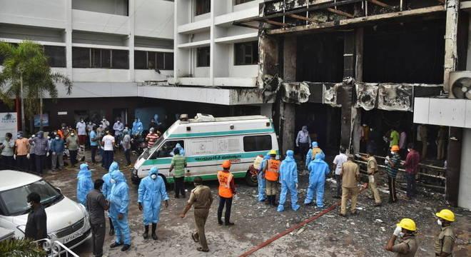 Hotel transformado em hospital pegou fogo em Krishna, na Índia