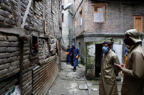 Trabalhadores fazem limpeza de ruas na Caxemira