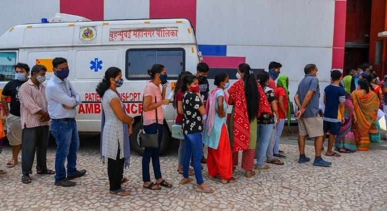 Indianos fazem fila em um posto de vacinação em Mumbai