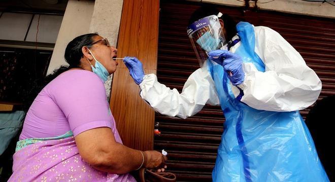 Paciente com suspeita de covid-19 faz teste em Bangalore, na Índia