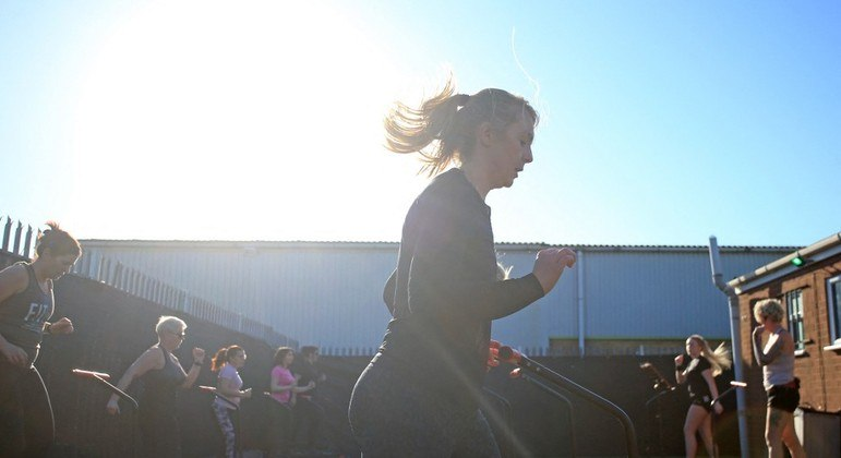 Ingleses já podem praticar atividades esportivas ao ar livre em pequenos grupos
