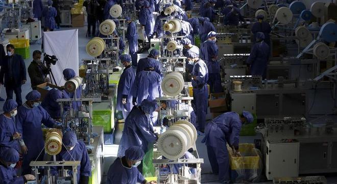 Fábrica de máscaras inaugurada em abril, em Eshtehard, cidade ao norte do Irã