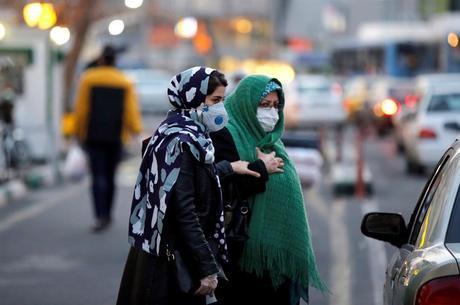 Mulheres usam máscara para evitar contágio por coronavírus no Irã