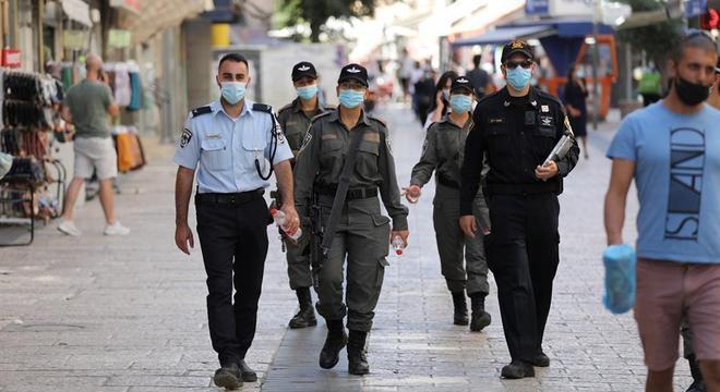 Policiais patrulham centro de Jerusalém; cidade pode ter lockdown em breve