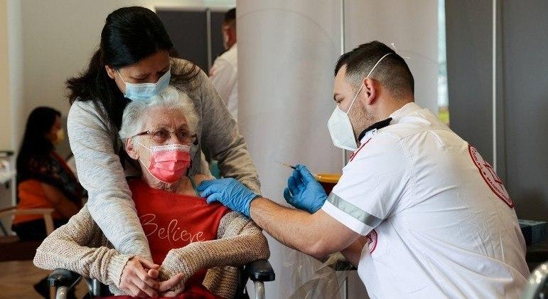 Mais de 60% da população israelense já recebeu vacinas contra a covid-19