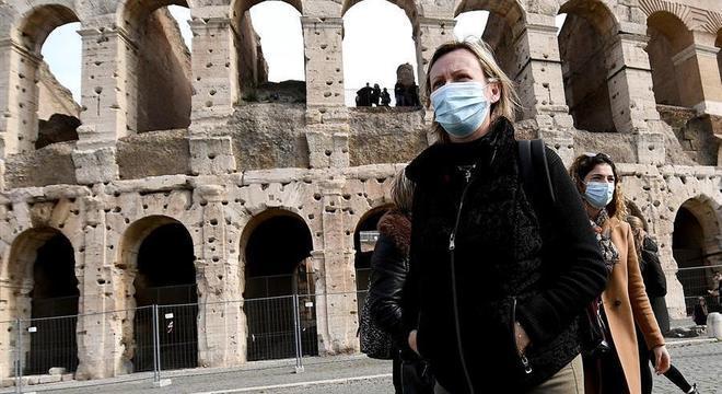 Turistas usam máscaras em diversos pontos da Itália