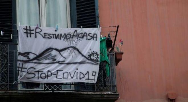 Faixa em uma sacana, na Itália, pedindo para que as pessoas fiquem em casa