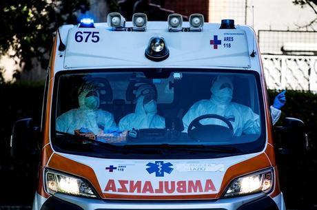 Paramédicos transportam paciente com covid na Itália