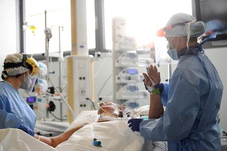 Paciente de covid-19 é atendido em hospital de Bergamo, na Itália